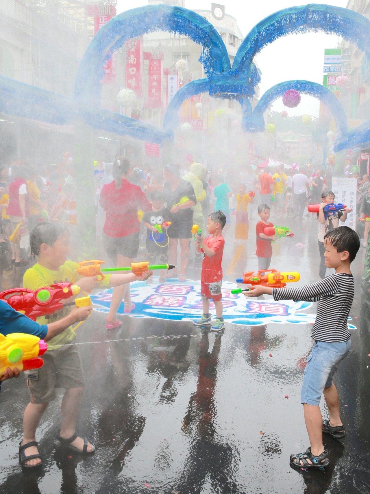 「2017新北巿撥水節」上午在華新街舉行,在台灣展現多元文化及珍惜水資源的考量下...