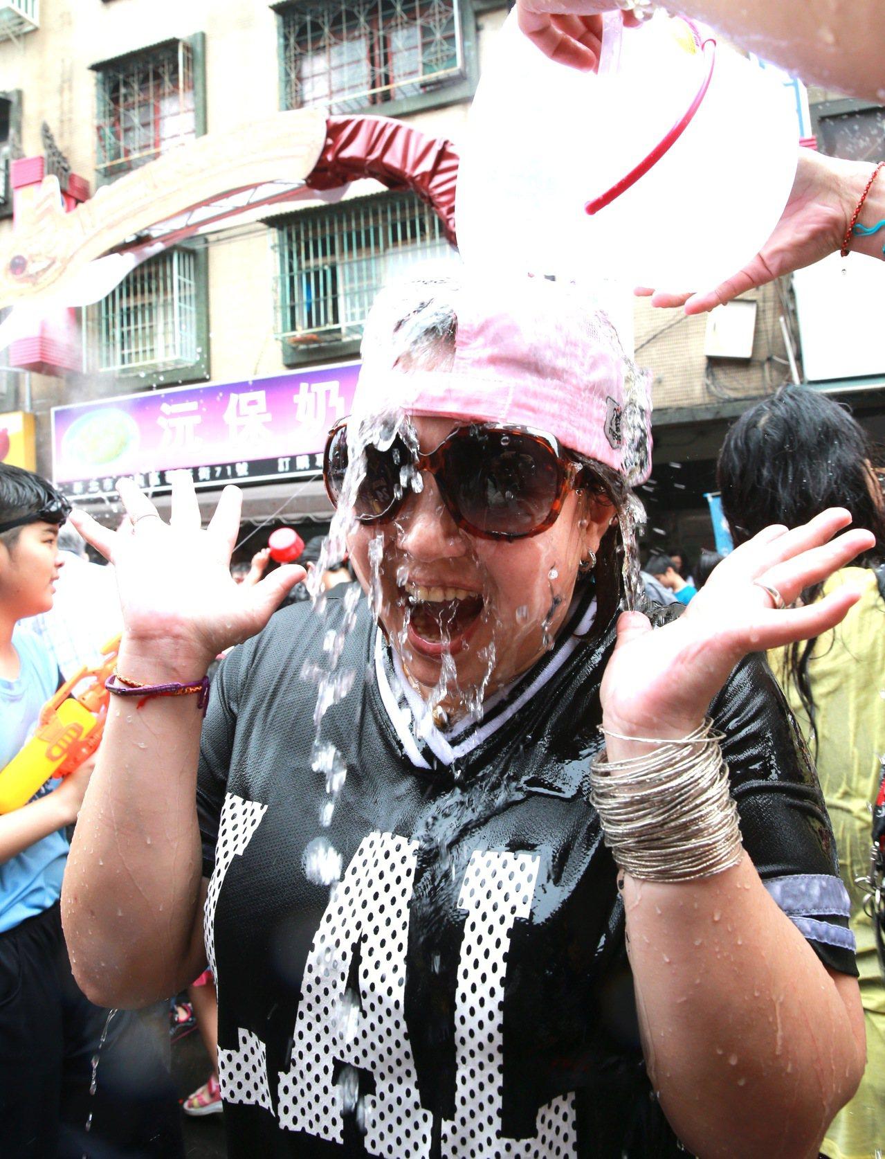 「2017新北巿撥水節」上午在華新街舉行,現場備有水源,供民眾一同歡渡泰國新年潑...