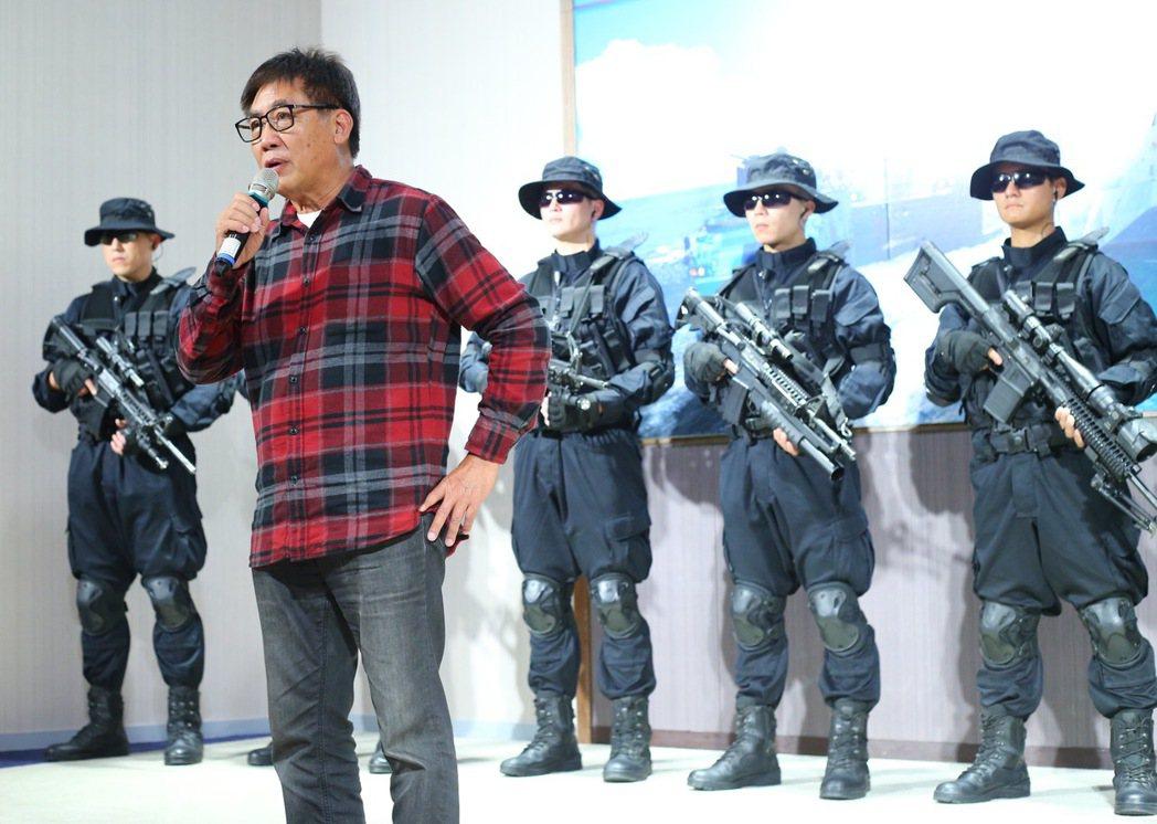 導演梁修身(左二)接下國防部電視劇「最好的選擇」,在媒體鏡頭前說明理念。記者許正...