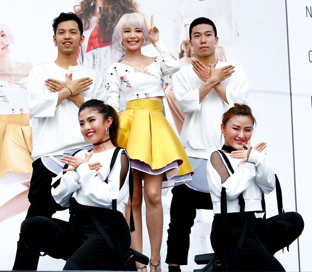 馬來西亞歌手林明禎(中)今天下午在臺北西門紅樓舉辦單曲「#Me」預購簽唱會,出場