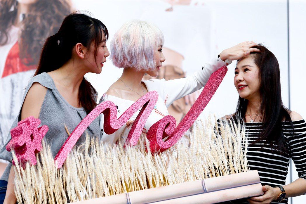 馬來西亞歌手林明禎(中)今天下午在臺北西門紅樓舉辦單曲「#Me」預購簽唱會,林明...