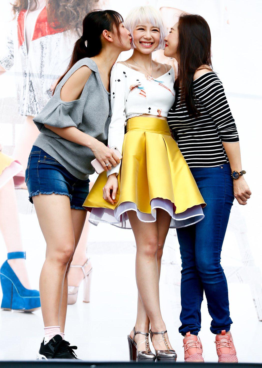 馬來西亞歌手林明禎今天下午在臺北西門紅樓舉辦單曲簽唱會,姐姐與母親都到場來支持,...