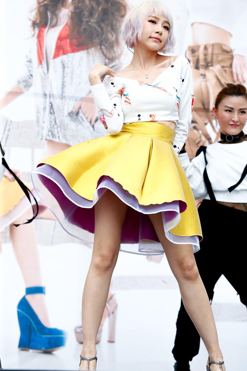 馬來西亞歌手林明禎今天下午在臺北西門紅樓舉辦單曲「#Me」預購簽唱會,出場一身復...