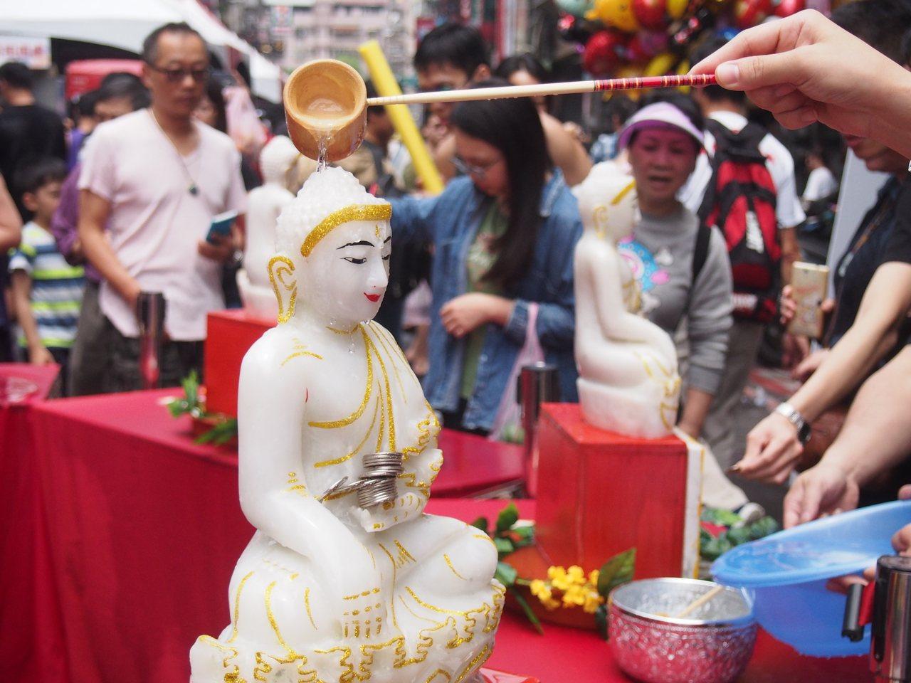 今天新北潑水節華新街現場還可以按照泰國八大生肖浴佛。記者魏翊庭/攝影