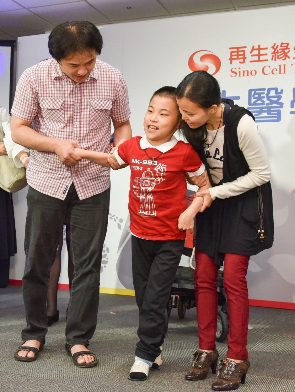 台灣首例重度腦性麻痺王小弟(中)臍帶血回輸後語言能力進步,具自我表達能力,在父母...