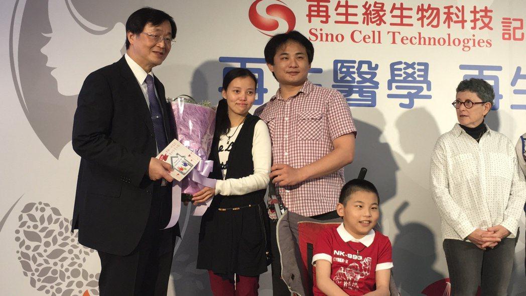 王小弟(前)與父母(右一、左二)出席「再生醫學、再生緣」記者會,和當年協助臍帶血...