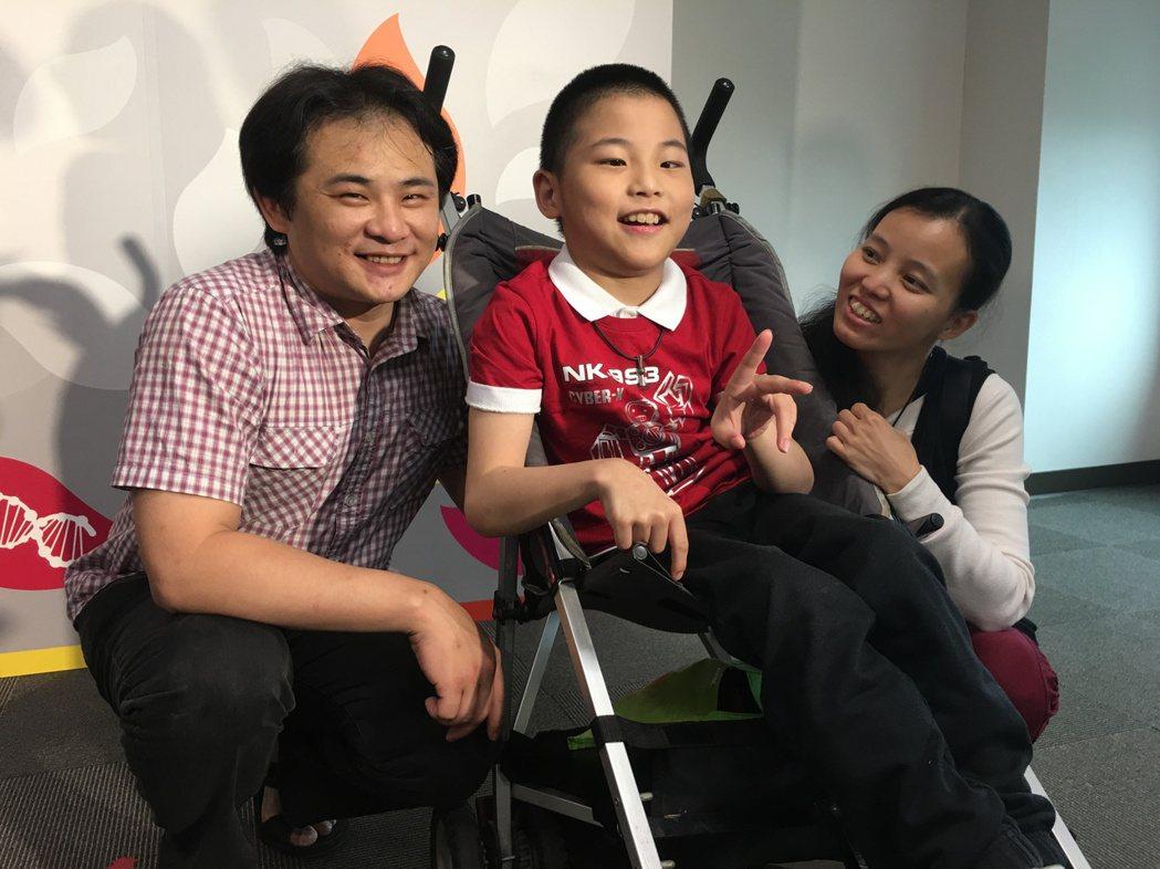 王小弟(中)與父母出席「再生醫學、再生緣」記者會。 記者鄧桂芬/攝影