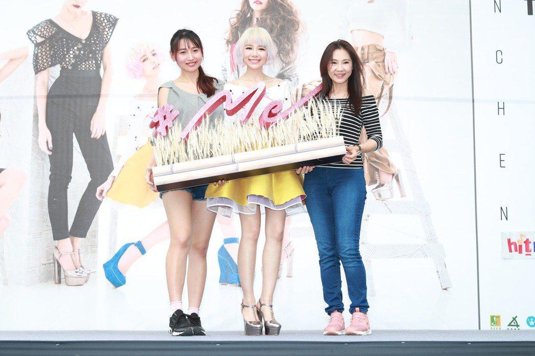 林明禎(中)16日為全新EP「#Me」站上西門町舉行預購簽唱會。圖/種子音樂提供