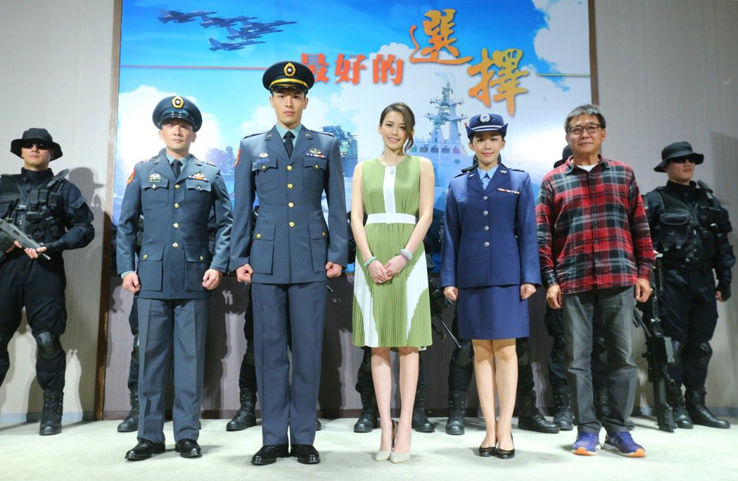 導演梁修身(右)接下國防部電視劇「最好的選擇」,並帶領主要演員安唯稜(右二起)、...