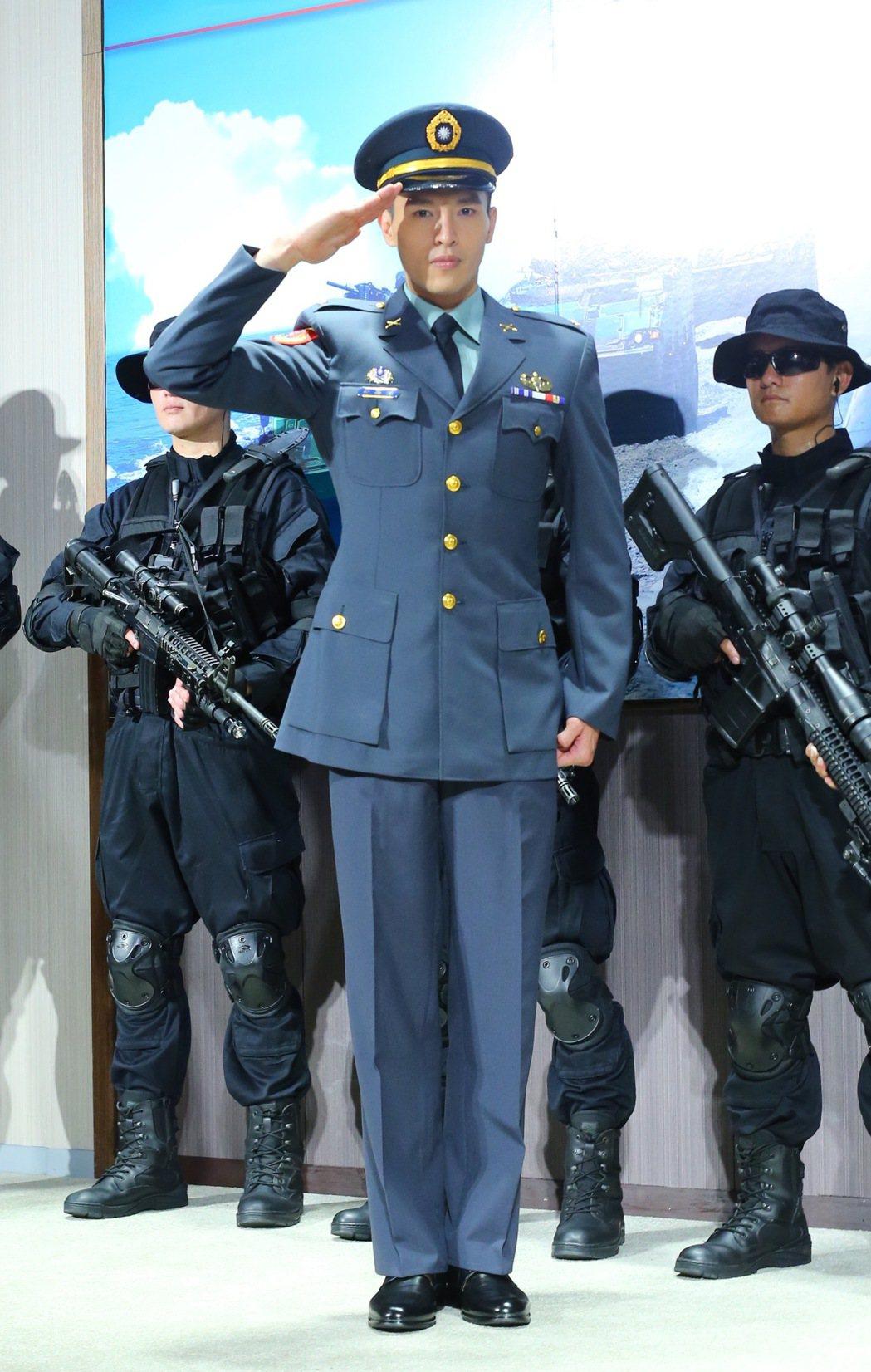 國防部電視劇「最好的選擇」,主要演員陳禕倫(中)在媒體鏡頭前現身。記者許正宏/攝...