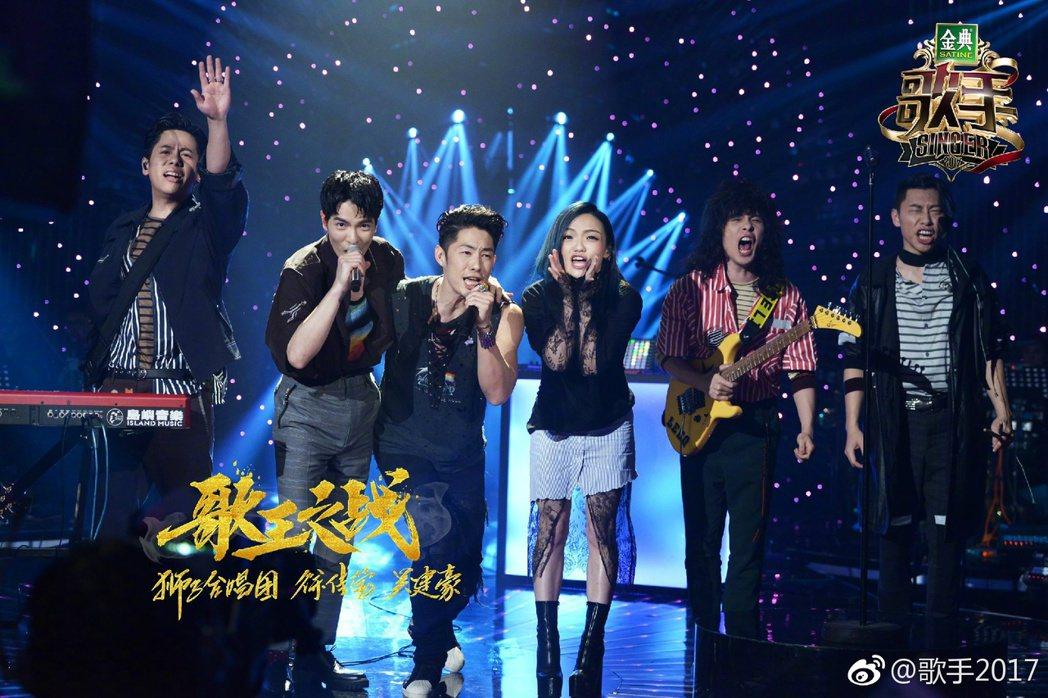 老蕭(左二起)與吳建豪、徐佳瑩合唱。圖/摘自微博