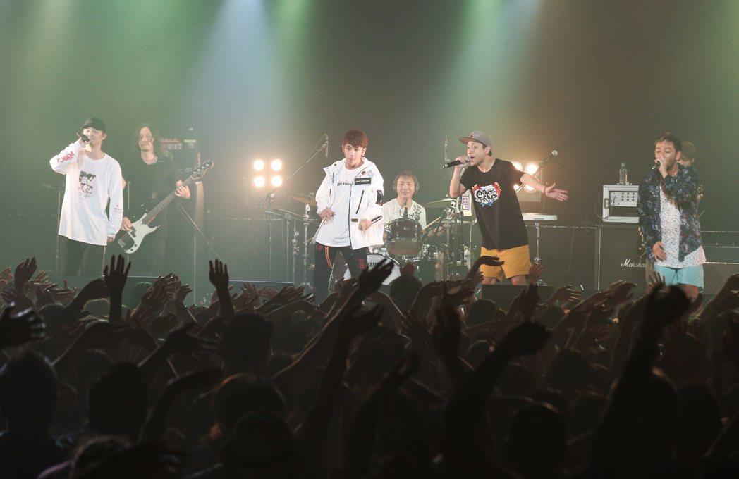 日本樂團橘子新樂園北狂歡演唱會。鼓鼓(左三)擔任嘉賓同歡。記者陳立凱/攝影