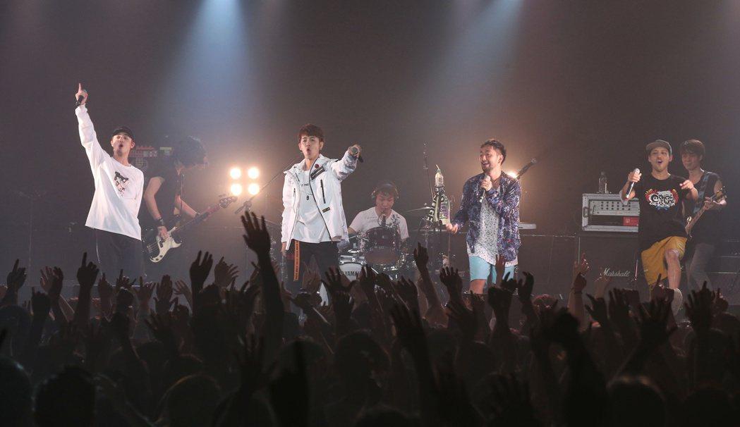 日本樂團橘子新樂園台北狂歡演唱會。鼓鼓(左二)擔任嘉賓同歡。記者陳立凱/攝影