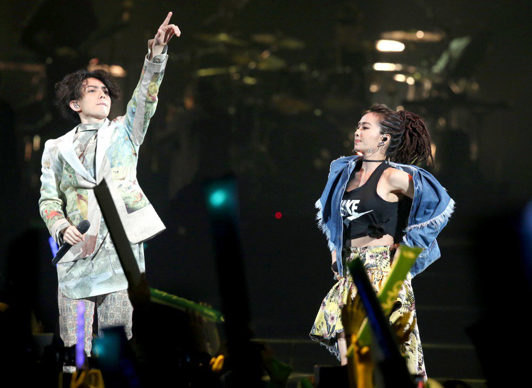 林宥嘉(左)世界巡迴演唱會台北小巨蛋場, 天后蔡依林(右)站台。記者屠惠剛/攝影