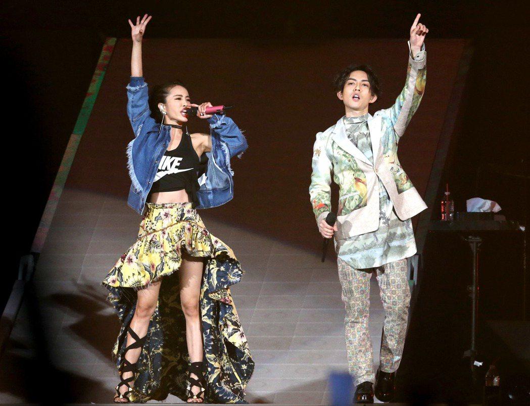 林宥嘉(右)世界巡迴演唱會台北小巨蛋場, 天后蔡依林(左)站台。記者屠惠剛/攝影