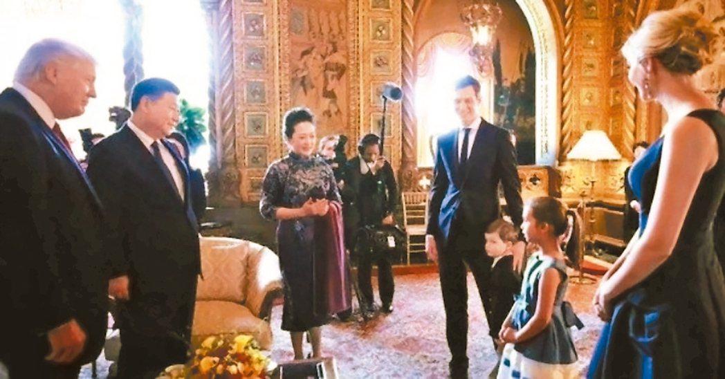 美國總統川普外孫女(右二)在川習會面時獻唱〈茉莉花〉。 取自推特