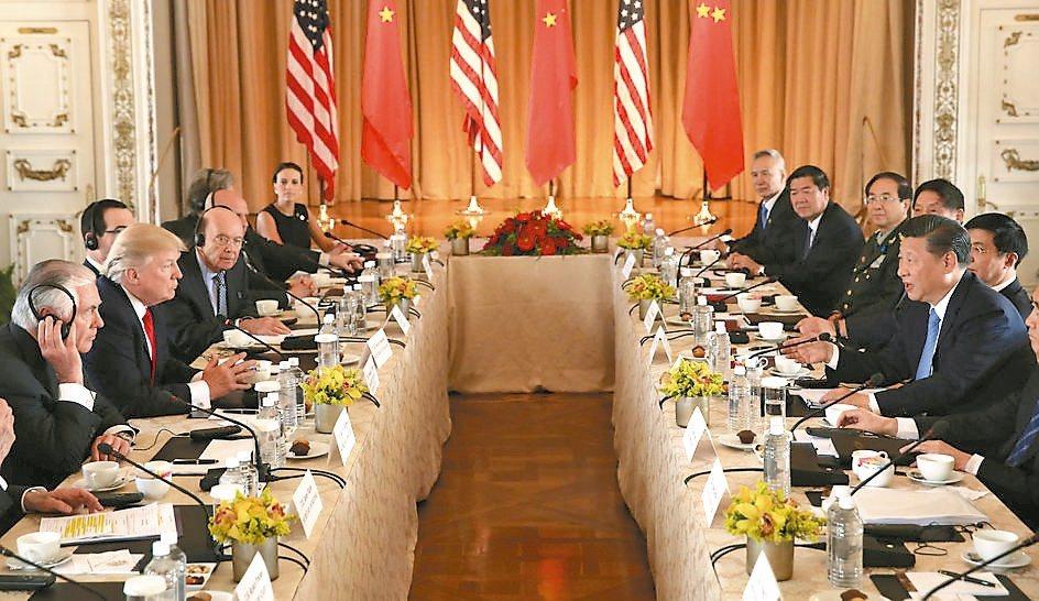 美國總統川普(左)與大陸國家主席習近平(右)在海湖莊園舉行雙邊會談。 路透