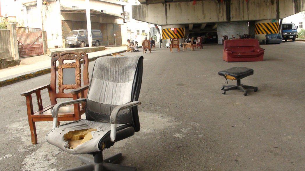 一些村里休閒空地常見廢棄沙發,若破損最好不要接觸,或用布覆蓋。 記者謝恩得/攝影