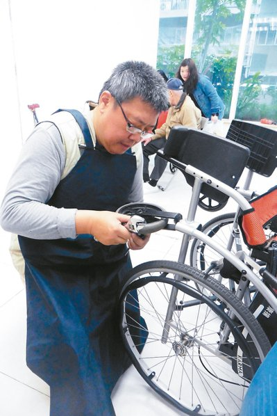 五十八歲的西區輔具中心維修技師劉暉光(圖),修輪椅、拐杖、電動床等樣樣難不倒他,...
