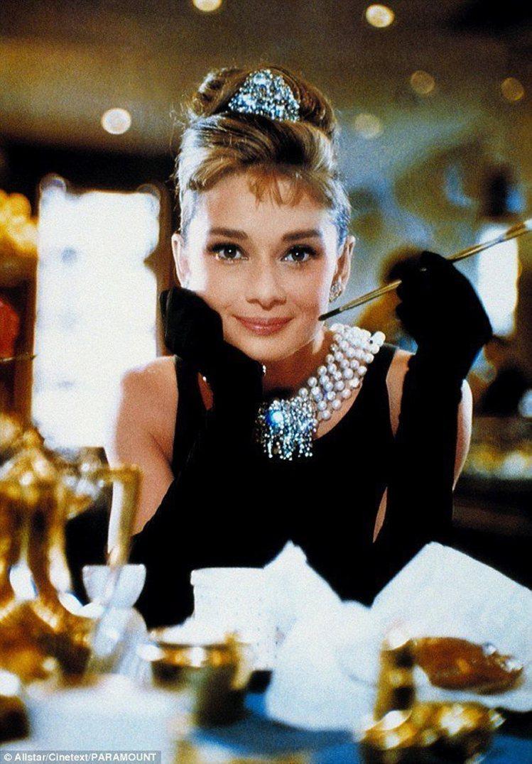 奧黛麗赫本在電影「第凡內早餐」的經典造型。圖/翻攝自Daily Mail官網