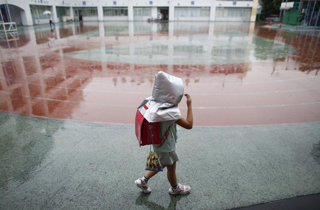 圖為東京一個小學生。路透
