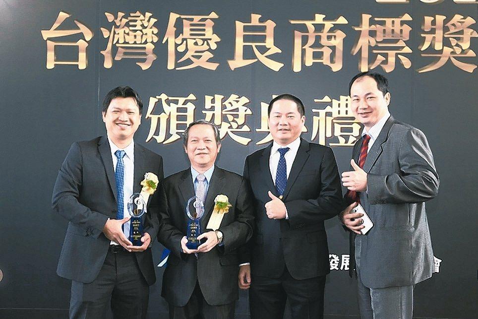 釸達公司董事長李智偉(左起)、嵩富公司總經理謝東嬴、釸達總經理施金調共同出席領取...