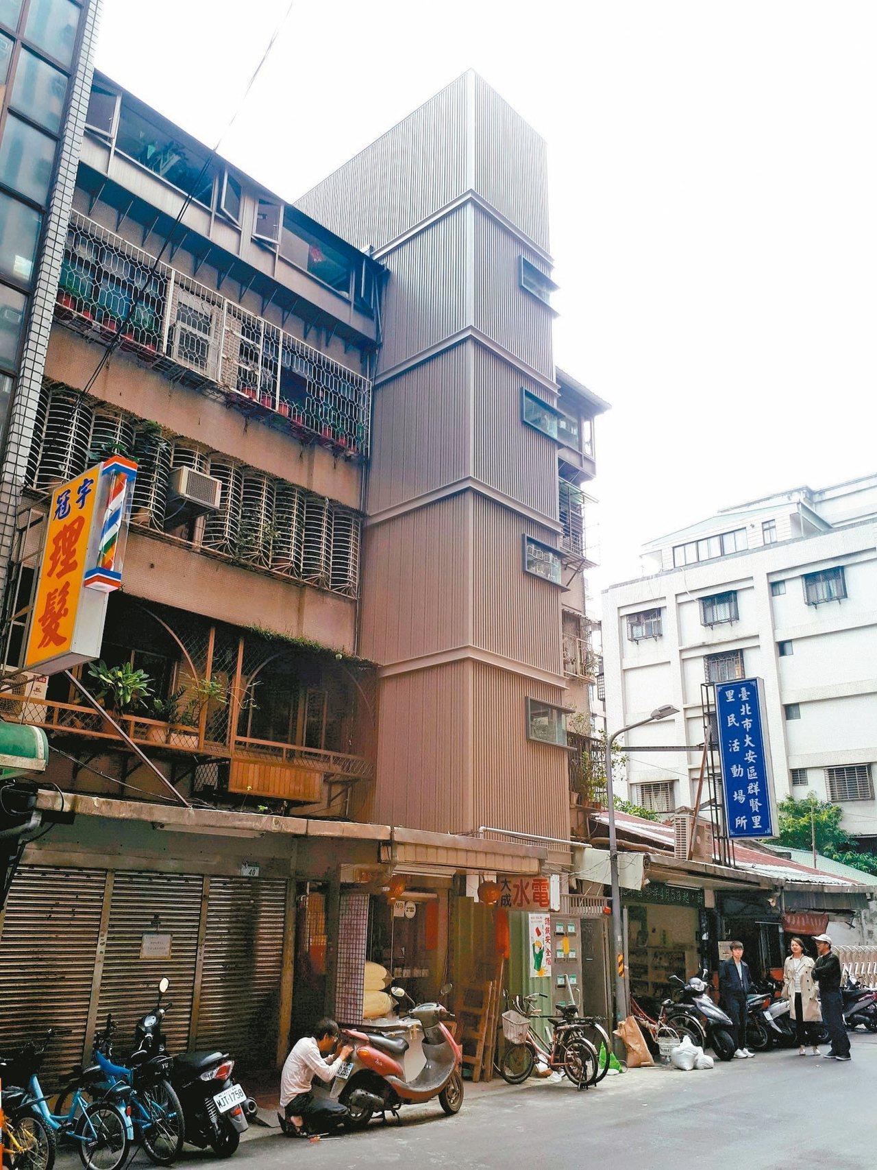 和平群賢華廈電梯將完工。 圖/崔媽媽提供