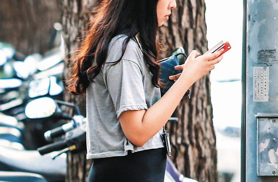 低頭看手機已成為許多人的習慣。專家說,不斷低頭看手機,如同在脖子上懸掛10塊磚,...