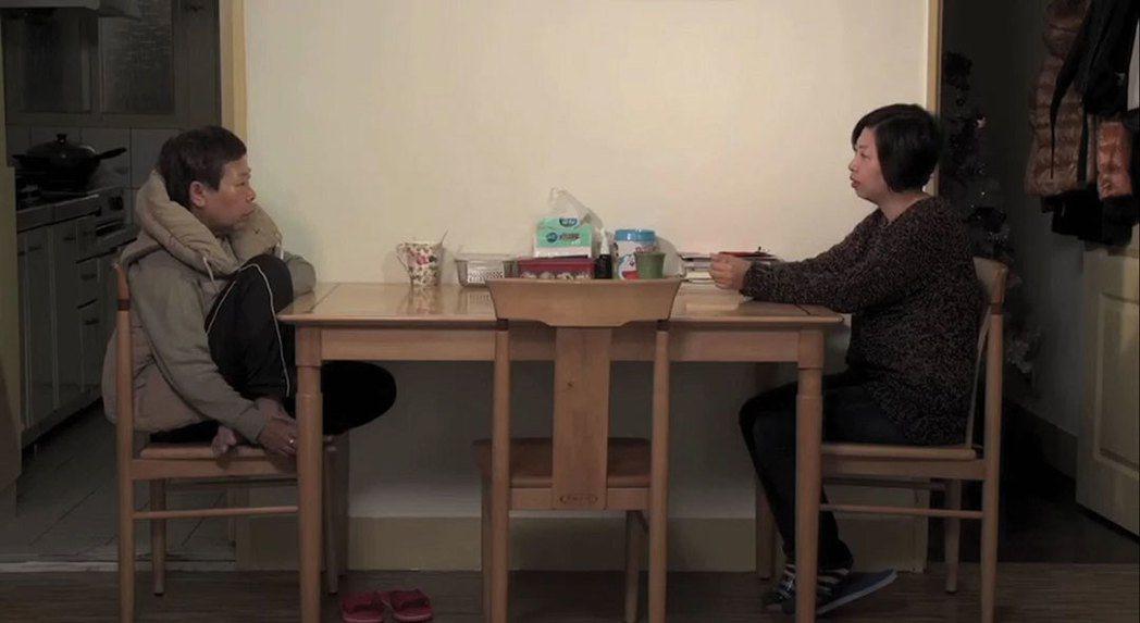 從餐桌到居家空間,由家族歷史以至家族傷痛,《日常對話》展現的便是由微觀的角度辯證了半個世紀的人類存在價值。 圖/紀錄片《日常對話》