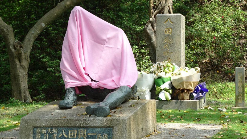 八田與一塑像遭斷頭,引起台日譁然,水利會緊急用粉紅布幕覆蓋。聯合報系記者謝進盛/...