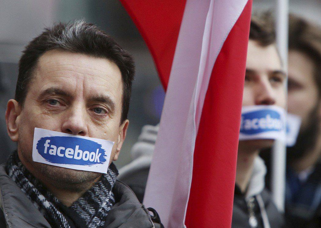 臉書、谷歌、奇摩等等網路公司,雖然都曾經承諾過要阻止「仇恨言論」,但具體的政策尚...
