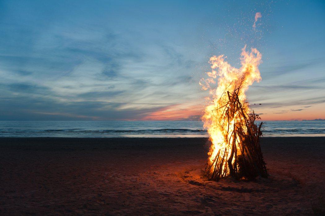 每天早上,管理者會燃起一把「篝火」——透過張貼一張篝火的照片,宣示今天的行動開始...