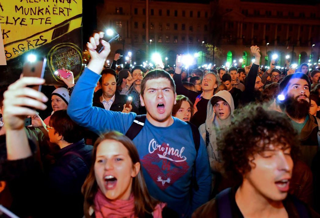 光是一周內,布達佩斯已暴發三起聲援中歐大學的抗議活動。 圖/法新社