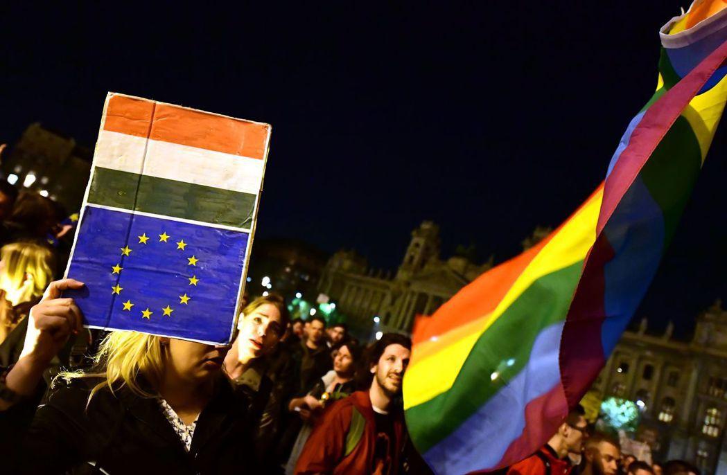 朝威權靠攏的匈牙利,是否能繼續作為標榜捍衛自由人權的歐盟的成員國?呼籲歐盟出手「...