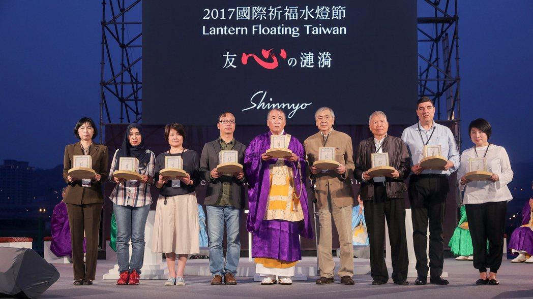 公益財團法人日本台灣交流協會文化組主任塩澤雅代(左起)、馬來西亞友誼及貿易中心(...