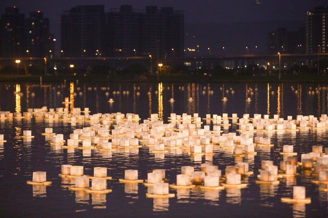 微風運河上的水燈。 真如苑/提供
