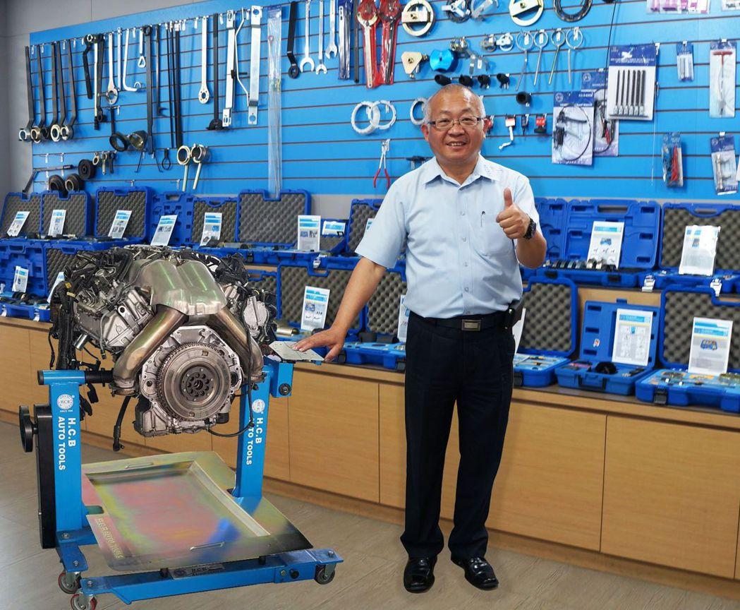 鉅祥工具董事長黃盛彬介紹專利齒輪式多功能拆裝器。 業者/提供
