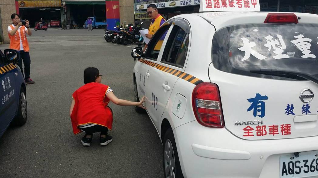 路考新制,上車前要先檢查汽車底下是否有異物、胎壓是否正常。 圖/屏東監理站提供