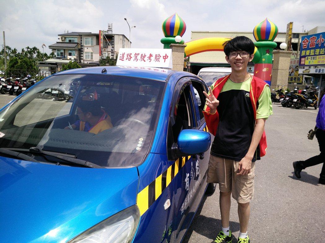 屏東縣第一位報名參加路考新制體驗的考生陳佳煒,出發前比YA。 記者陳崑福/攝影