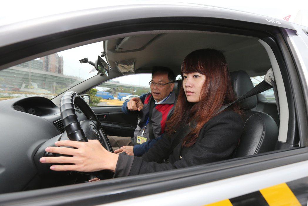道路駕駛考照有3大障礙,轉彎、變換車道未打方向燈及回頭看是其中一個障礙。 圖/本...