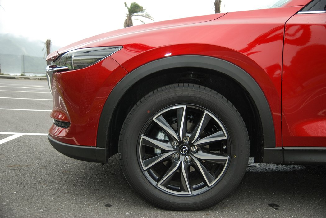 此次試駕的柴油旗艦型採用 19 吋 TOYO PROXES R46a 胎框組合(...