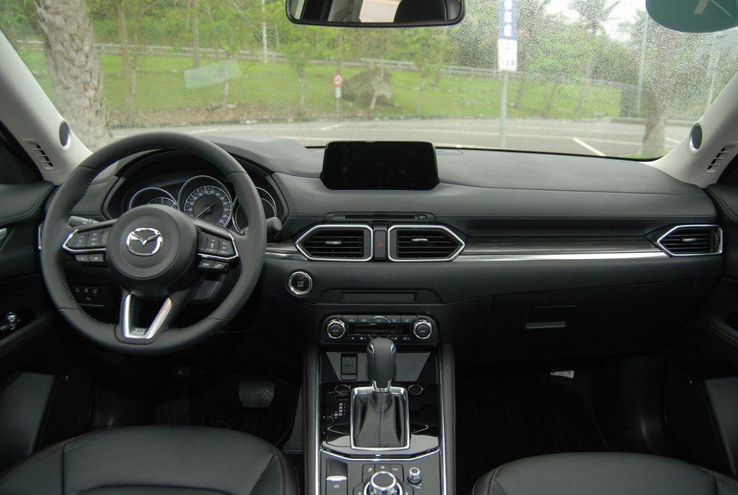 冷氣出風口設於中控台的同一水平上,並透過鍍鉻邊框加以點綴,提升車室質感表現。 記者林鼎智/攝影