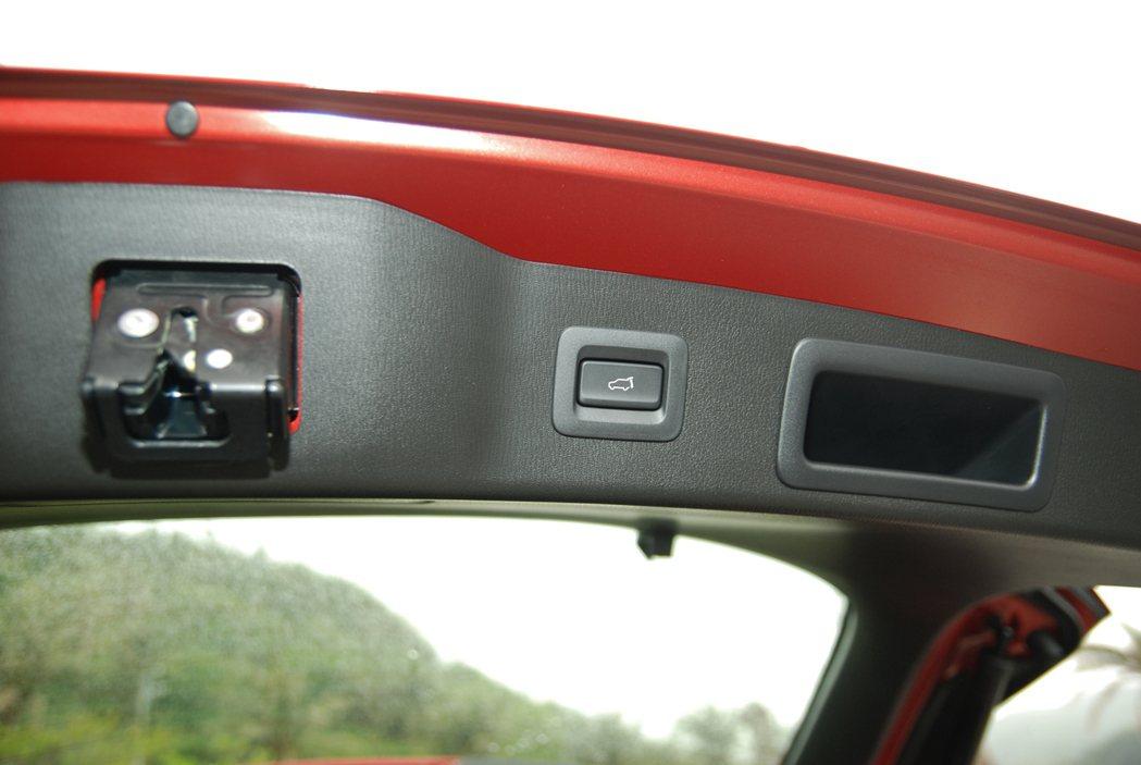 此次改款Mazda 也在 CX-5 2WD 汽油旗艦型與本次試駕的 AWD 柴油旗艦型上配備電動尾門,增添便利性。 記者林鼎智/攝影