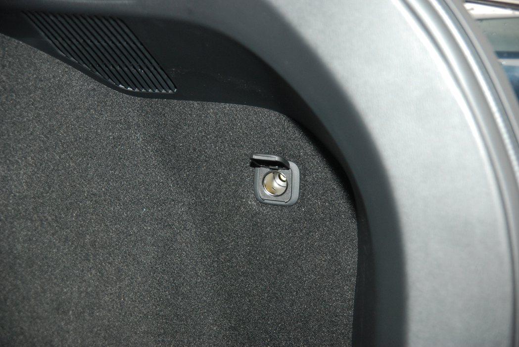 車尾右方並設有 12V 點菸器插座,提供車主用電需求。 記者林鼎智/攝影
