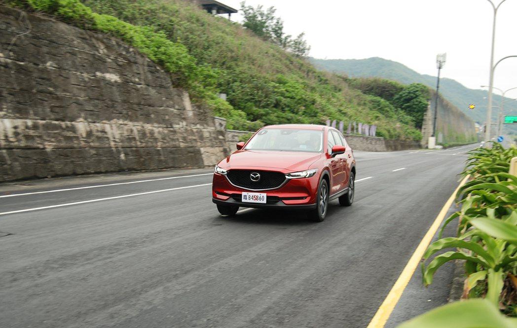 實際上路後,新一代 CX-5 的車室靜謐性相當出色,在車室內幾乎聽不到柴油引擎的運轉聲。 記者林鼎智/攝影