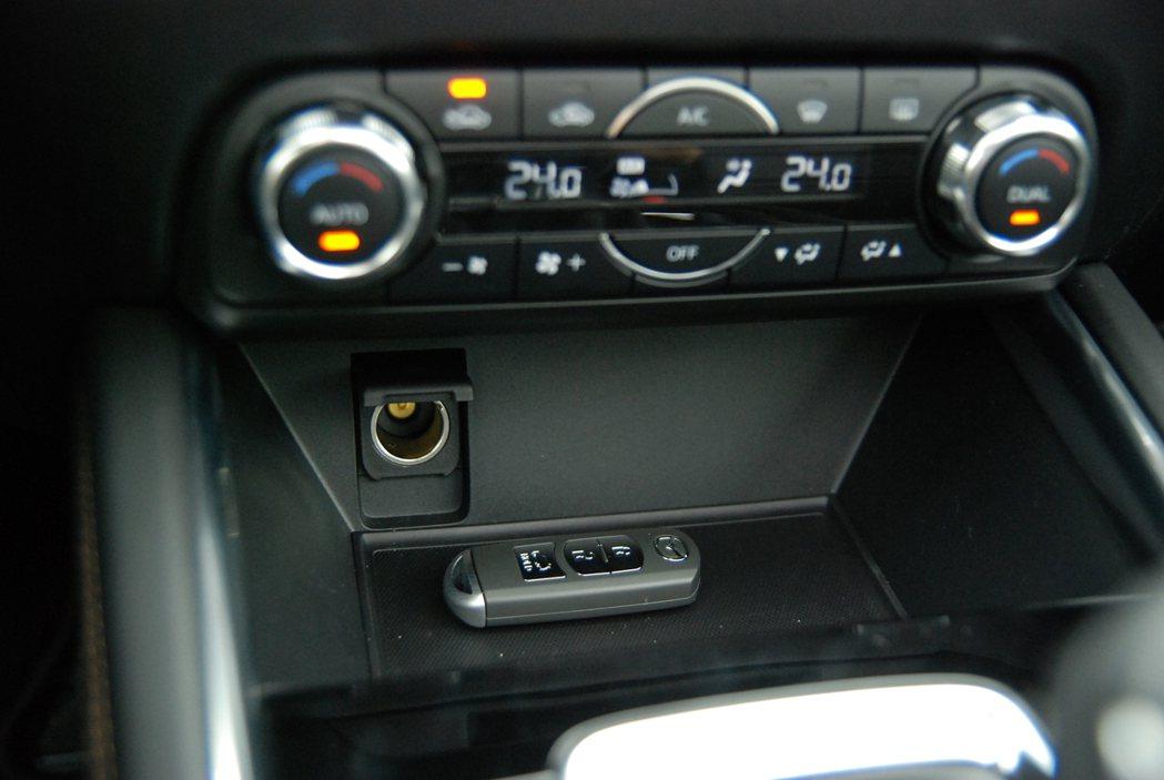 中控台下方設有置物空間,並具有 12V 點菸器插座。 記者林鼎智/攝影