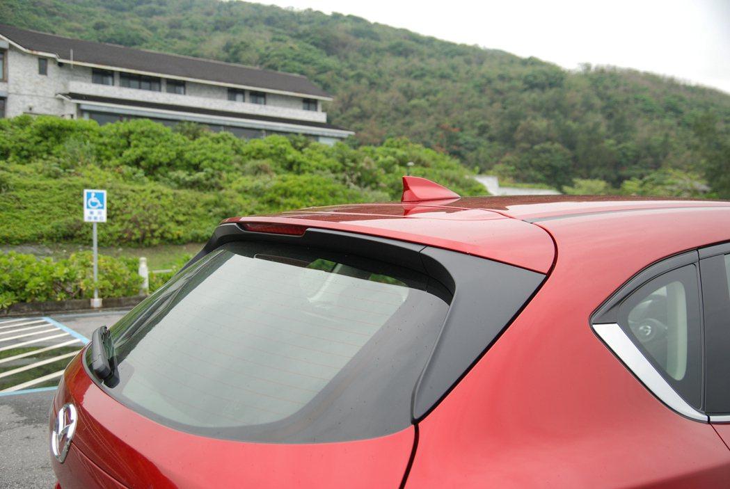 車尾後方具有掀背擾流,並採用鯊魚鰭天線。 記者林鼎智/攝影
