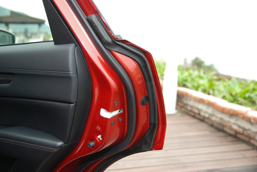 後門部分皆採用兩層隔音條,可有效阻絕噪音進入車室。 記者林鼎智/攝影