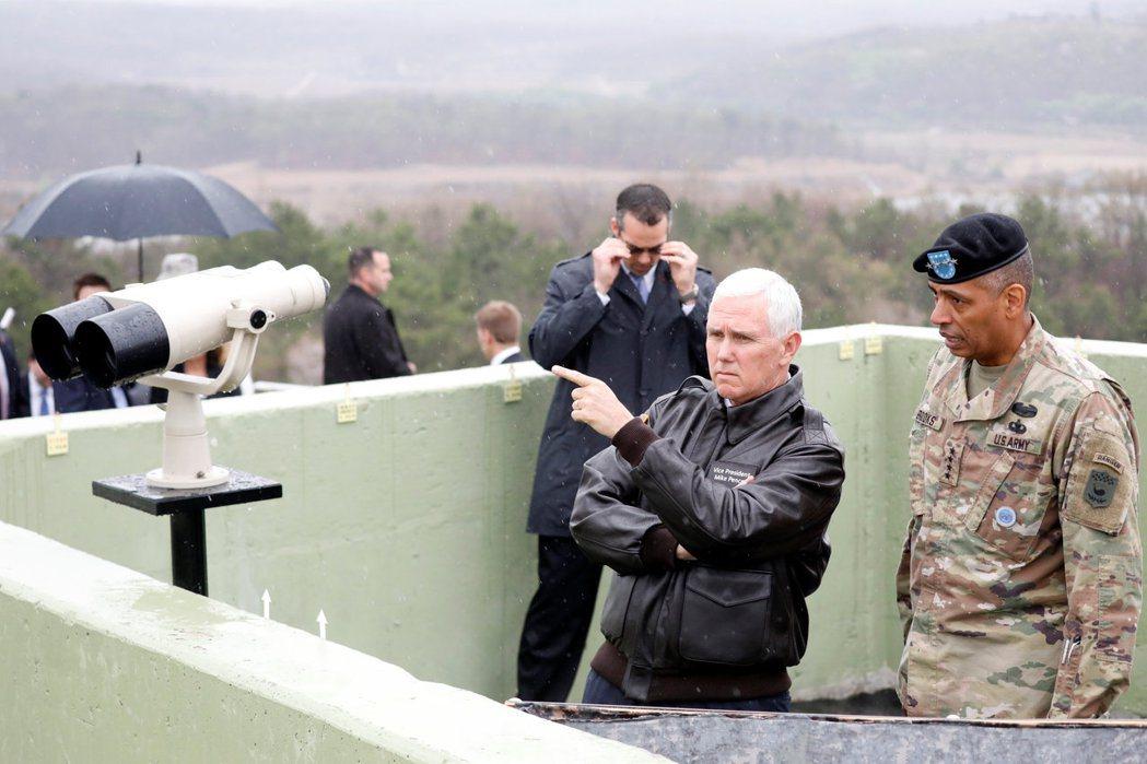 美國副總統潘斯17日造訪南北韓交界的非軍事區,從一處瞭望台向北遠眺。他表示,美國...