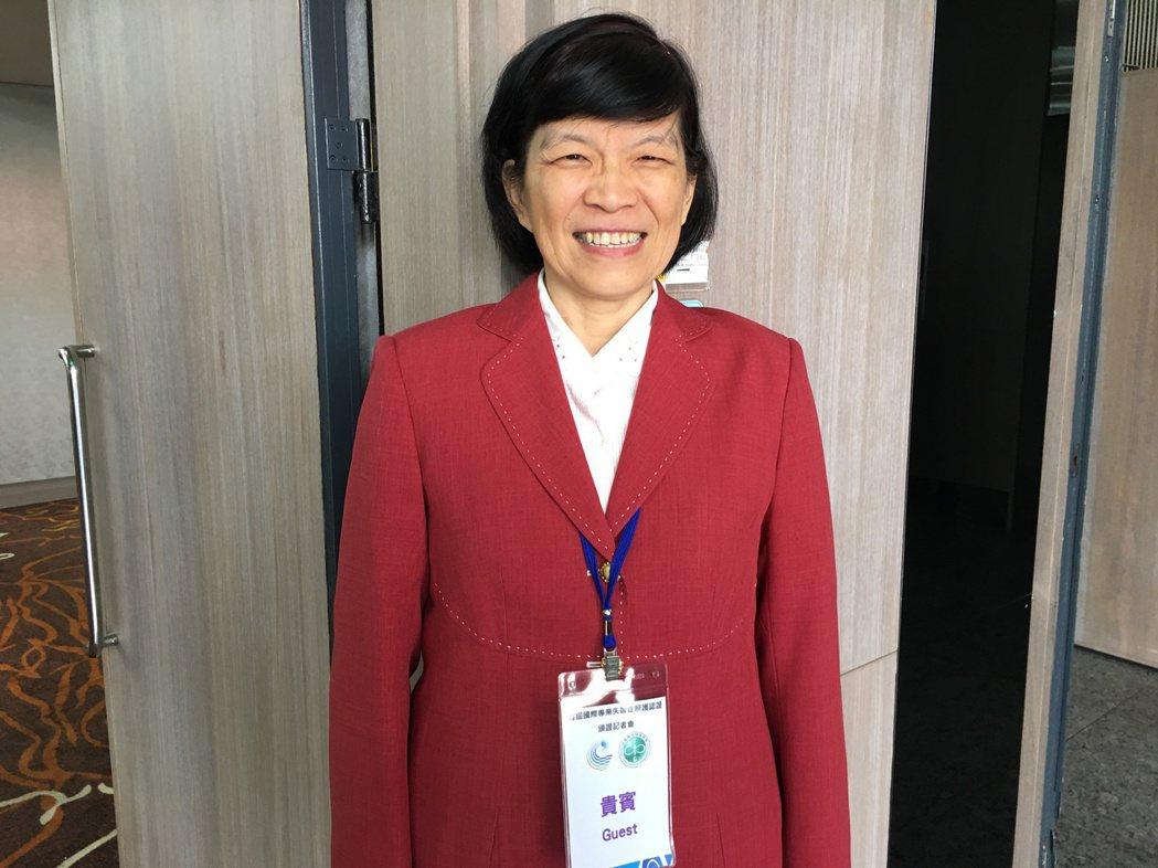 照服員蔡寗一通過首屆國際專業失智症照護認證考試,她同時也是失智症家屬。 記者鄧桂...